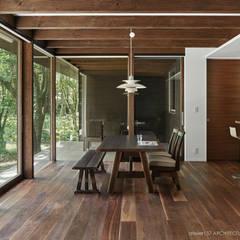 041軽井沢Mさんの家: atelier137 ARCHITECTURAL DESIGN OFFICEが手掛けたダイニングです。,クラシック 木 木目調