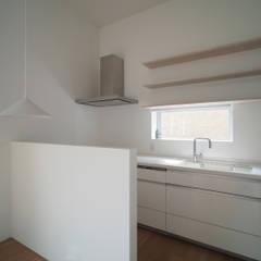 希望ヶ丘の家: 桑原茂建築設計事務所 / Shigeru Kuwahara Architectsが手掛けたキッチンです。