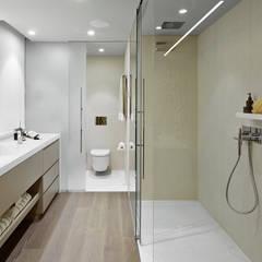 Vivienda urbana ático dúplex Barcelona: Baños de estilo  de Molins Design,