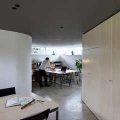 三俣の家: 桑原茂建築設計事務所 / Shigeru Kuwahara Architectsが手掛けた書斎です。