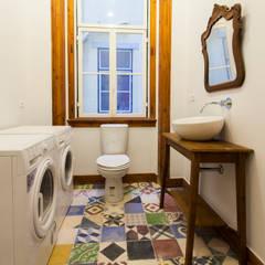 Apartamento Alma Lusa, uma casa portuguesa, com certeza!: Casas de banho  por alma portuguesa