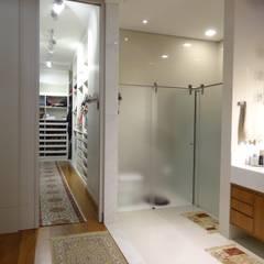 Casa EV: Closets minimalistas por canatelli arquitetura e design