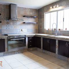 Cocina Moderna con azulejo Vintage: Cocinas de estilo ecléctico por H-abitat Diseño & Interiores