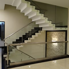 residence of Mr.Lakshman soni:  Corridor & hallway by Hasta architects,