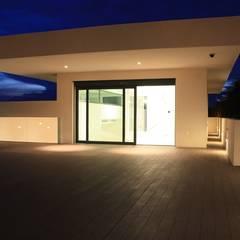 Hiên, sân thượng by ARIS  Arquitectura y Urbanismo