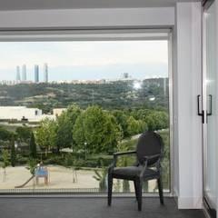 VIVIENDA UNIFAMILIAR EN MADRID: Ventanas de estilo  de ARIS  Arquitectura y Urbanismo