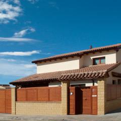 CASA GARRIGUES: Casas de estilo  de RIBA MASSANELL S.L.