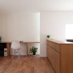 東大泉の住宅: 水石浩太建築設計室/ MIZUISHI Architect Atelierが手掛けた書斎です。