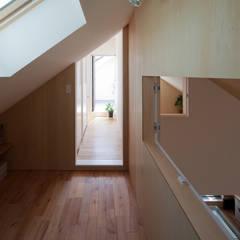 東大泉の住宅: 水石浩太建築設計室/ MIZUISHI Architect Atelierが手掛けたガレージです。
