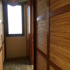 Casa de hormigón en el cerro: Walk in closet de estilo  por Arquiespacios