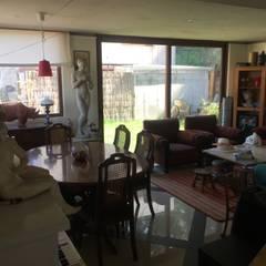 Casa de hormigón en el cerro: Livings de estilo  por Arquiespacios