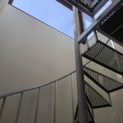 Escalera caracol: Terrazas  de estilo  por Arquiespacios