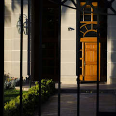 Puerta de acceso modelo Boston,  Edificio Reina Victoria, Viña del Mar: Ventanas de estilo  por Ignisterra