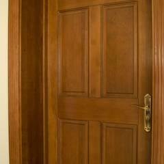 Puerta de acceso modelo Boston: Ventanas de estilo  por Ignisterra
