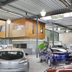 Concession Mazda - Mitsubishi ALDO CUESMES: Concessions automobiles de style  par VORTEX atelier d'architecture