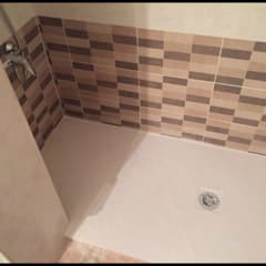 Plato de ducha extrafino en beige: Baños de estilo  de Fecofer, Proyectos y Reformas