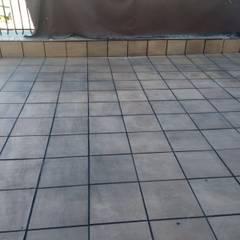 Suelo con plaqueta gris para terraza: Paredes de estilo  de Fecofer, Proyectos y Reformas