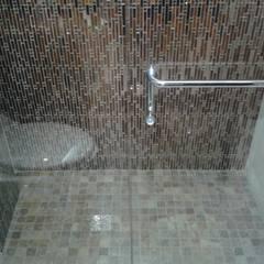 PISO ANTIRESBALANTE EN MÁRMOL PARA DUCHA: Baños de estilo  por CelyGarciArquitectos c.a.