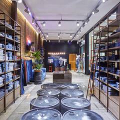 Loja Trama Jeans: Shopping Centers  por Piloni Arquitetura