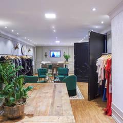 Loja Roupas Femininas: Shopping Centers  por Piloni Arquitetura