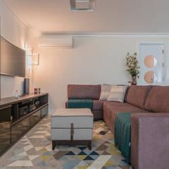 Sala de TV : Salas multimídia  por Sandra Pompermayer Arquitetura e Interiores