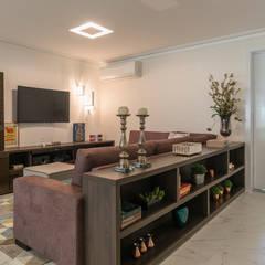 Sala  TV : Salas multimídia  por Sandra Pompermayer Arquitetura e Interiores