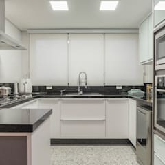 APARTAMENTO 264 M2 Cozinhas clássicas por Sandra Pompermayer Arquitetura e Interiores Clássico