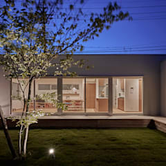 T字の家: toki Architect design officeが手掛けた庭です。