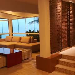 Salas / recibidores de estilo  por Lucio Nocito Arquitetura e Design de Interiores , Mediterráneo Cobre/Bronce/Latón