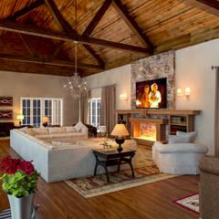 Living room by Éfeso Arquitetura & Construção