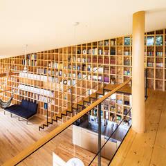 Corridor & hallway by 中山大輔建築設計事務所/Nakayama Architects