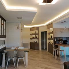 Soggiorno con cucina aperta.: Sala da pranzo in stile in stile Moderno di NicArch