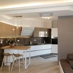 La cucina aperta sul living.: Cucina in stile in stile Moderno di NicArch
