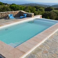 Der Pool in Hanglage mit Blick auf das Mittelmeer: mediterraner Pool von Hesselbach GmbH