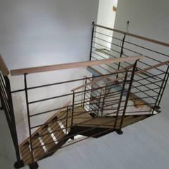 escalier 1/4 tournant : Couloir et hall d'entrée de style  par metallerie swiatek