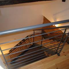 escalier 1/4 tournant: Couloir et hall d'entrée de style  par metallerie swiatek