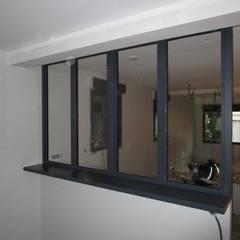 double fenetres sur cloison avec tablette façon verriere: Fenêtres de style  par metallerie swiatek