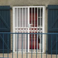 grilles protection fenetres: Maisons de style de style Industriel par metallerie swiatek