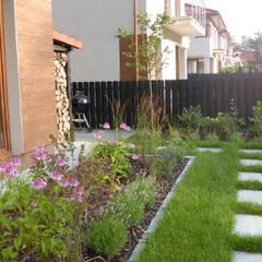 Ścieżka kamienna i roślinne rabaty: styl , w kategorii Ogród zaprojektowany przez Zieleń i Przestrzeń