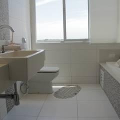 Casa LJ : Banheiros minimalistas por canatelli arquitetura e design