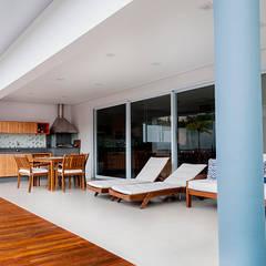 Casa MG: Terraços  por canatelli arquitetura e design