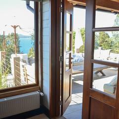 Portas e janelas rústicas por Ignisterra S.A. Rústico Madeira Efeito de madeira