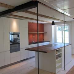 Kochinsel mit Essbereich:  Küche von Mader Marti Architektur ETH SIA