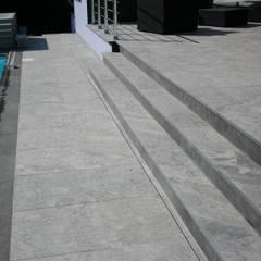 Escaliers: Terrasse de style  par Schwein Aménagement