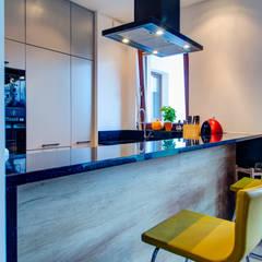 Pół loft: styl , w kategorii Kuchnia zaprojektowany przez Perfect Space