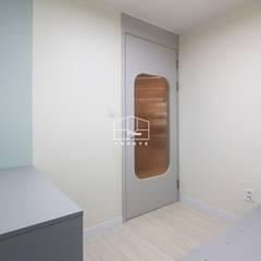 심플하면서도 따뜻한 느낌의 아파트 인테리어_25py: 홍예디자인의  창문