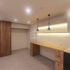 심플하면서도 따뜻한 느낌의 아파트 인테리어_25py: 홍예디자인의  거실