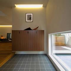 玄関ホール: アーキシップス古前建築設計事務所が手掛けた廊下 & 玄関です。
