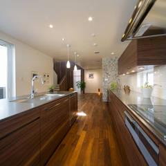 キッチン: アーキシップス古前建築設計事務所が手掛けたキッチンです。