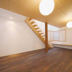 光の降る家: 株式会社Fit建築設計事務所が手掛けたリビングです。